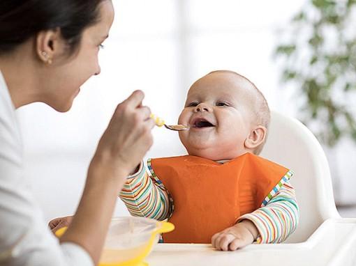 Sớm dùng thức ăn rắn có thể giúp trẻ ngủ ngon hơn?