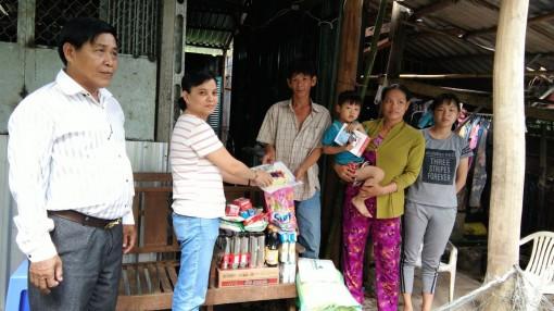 Trao tiền từ thiện cho gia đình anh Vui ở Phong Điền
