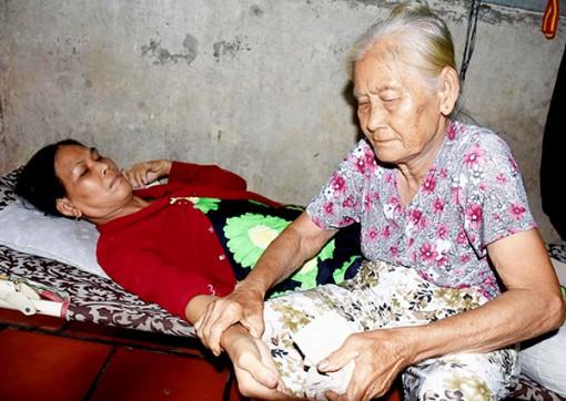 Mẹ già 73 tuổi chăm sóc con gái bị tai biến