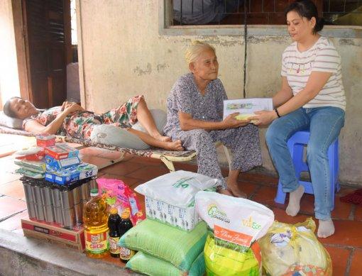 Trao tiền từ thiện giúp gia đình cụ Lê Thị Trúc