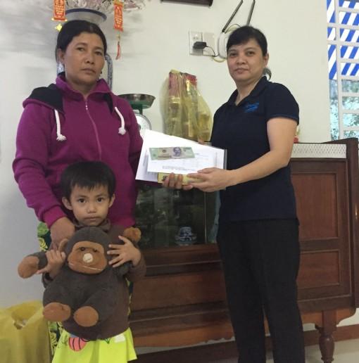 Nhóm từ thiện bạn bè chị Tuyết Lan hỗ trợ bé Mai trị bệnh
