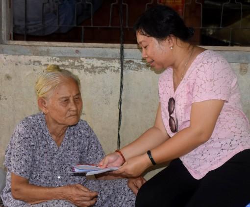 Giúp cụ 73 tuổi chăm sóc con gái bị tai biến