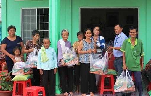 Báo Cần Thơ tặng quà cho hộ nghèo ở Trà Vinh