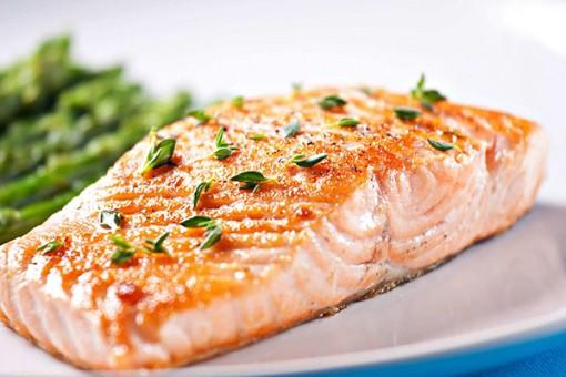 Mẹ ăn cá béo, cơ xương của con chắc khỏe