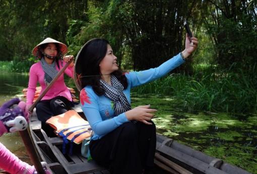 Rong chơi trải nghiệm mùa nước nổi ở đồng bằng sông Cửu Long