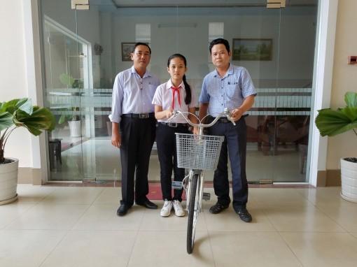 Báo Cần Thơ tặng xe đạp cho học sinh có hoàn cảnh khó khăn