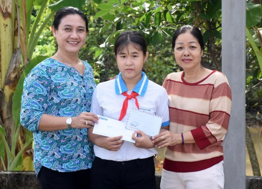 Giúp hai trẻ mồ côi tiếp tục đến trường
