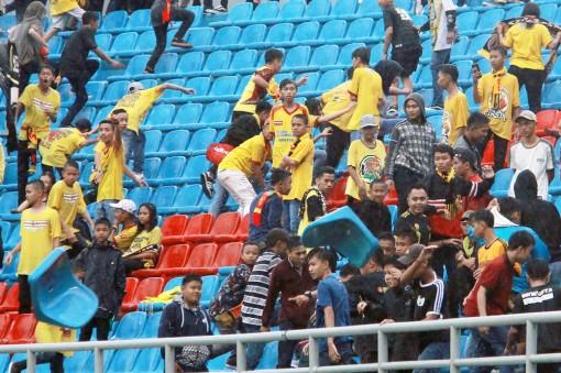 """Bạo lực """"vấy bẩn"""" bóng đá Indonesia"""