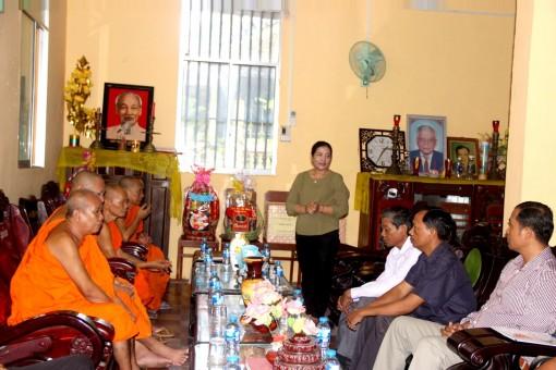 Vụ địa phương III thăm, tặng quà sư sãi, gia đình chính sách Khmer