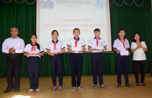Báo Cần Thơ trao học bổng cho học sinh nghèo vượt khó