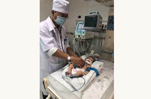 Phẫu thuật cứu sống trẻ  5 ngày tuổi bị teo thực quản, hậu môn nắp, tim bẩm sinh
