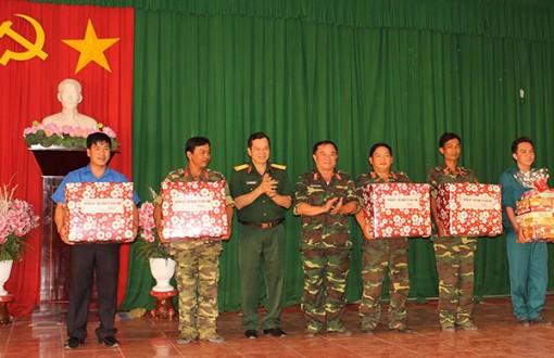 Thăm và tặng quà lực lượng thực hiện công trình Tết Quân Dân năm 2019