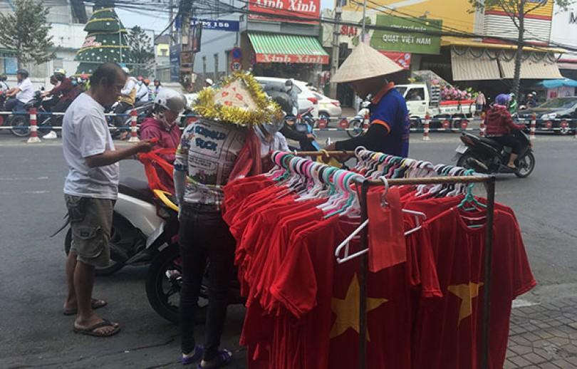 Sôi động sản phẩm cổ vũ tuyển Việt Nam