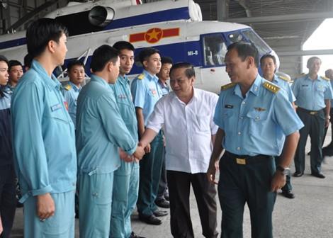 Đồng chí Bí thư Thành ủy thăm, chúc mừng Trung đoàn Không quân 917