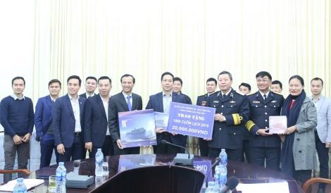 Ủy ban Nhà nước về người Việt Nam ở nước ngoài thăm, tặng quà bộ đội Hải quân