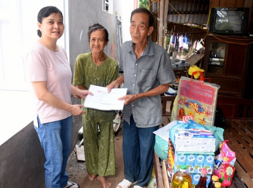 Tặng quà và tiền mặt giúp gia đình ông Thái Tích Súng