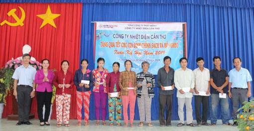 Tặng 150 phần quà trị giá 75 triệu đồng cho gia đình chính sách, hộ nghèo tại quận Ô Môn và Bình Thủy