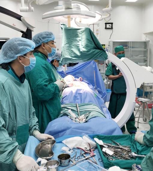Phẫu thuật bắt vít qua da điều trị các bệnh lý cột sống