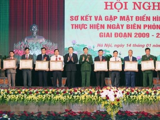 Chủ tịch Quốc hội gặp mặt điển hình thực hiện Ngày Biên phòng toàn dân