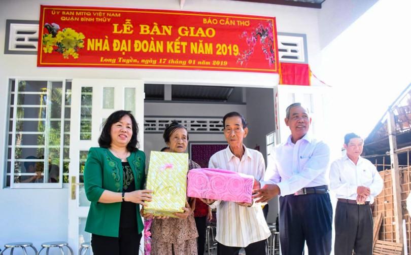 Tặng nhà đại đoàn kết cho gia đình ông Thái Tích Súng