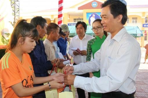 Trao quà hỗ trợ người nghèo huyện Thới Lai, Cờ Đỏ vui xuân, đón Tết