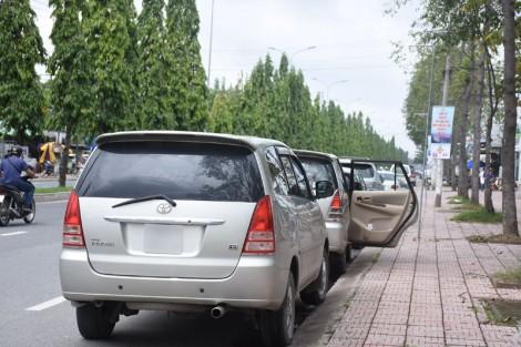 Thiếu quan sát khi mở cửa ô tô, nguy hiểm cho người đi đường