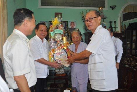 Bí thư Thành ủy chúc Tết, tặng quà nhân dịp Tết Kỷ Hợi 2019