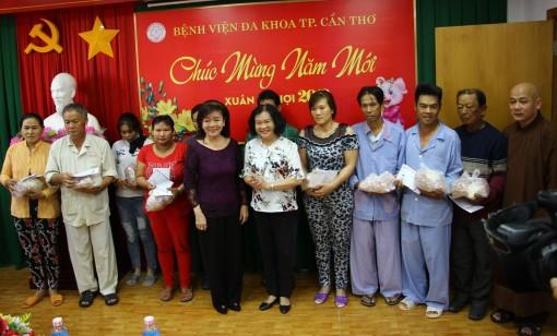 Trao 110 suất quà cho bệnh nhân nghèo tại Bệnh viện Đa khoa TP Cần Thơ
