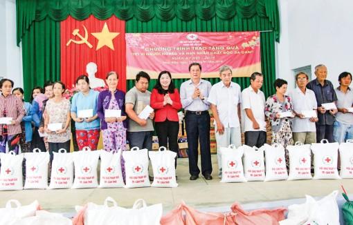 Tặng quà cho người nghèo, nạn nhân  chất độc da cam và cựu thanh niên xung phong