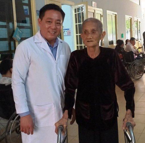 Cụ bà 99 tuổi đi lại được nhờ phẫu thuật thay khớp háng