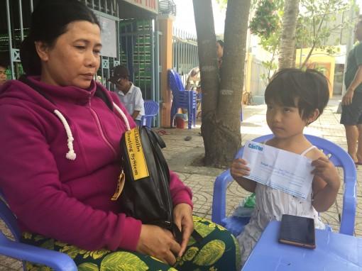 Trao tiền hỗ trợ bé 6 tuổi, bị ung thư máu