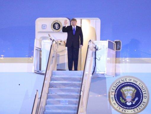 US President arrives in Vietnam for DPRK-USA summit