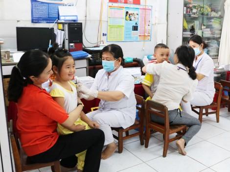 Các trường đồng loạt tiêm vắc-xin Sởi-Rubella cho trẻ
