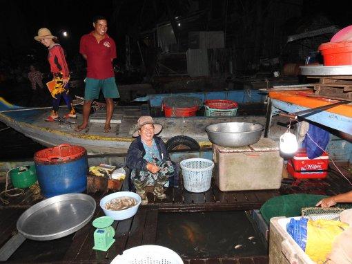 Nhộn nhịp chợ quê nửa đêm về sáng