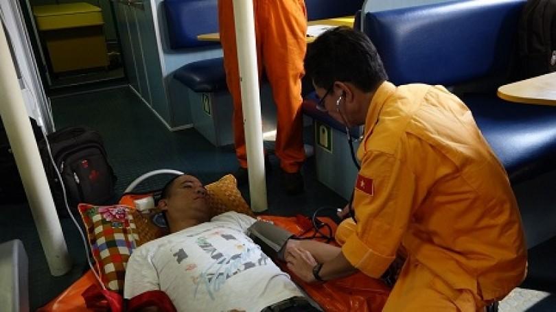 Cứu thuyền viên Philippines trong tình nguy kịch tại vùng biển Hoàng Sa