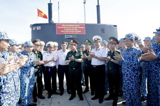 Bộ trưởng Bộ Quốc phòng thăm và kiểm tra các đơn vị Hải quân thuộc Căn cứ Cam Ranh