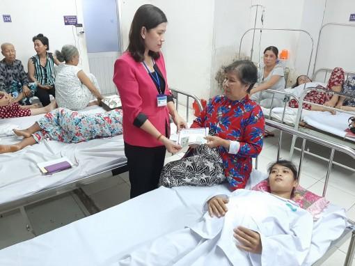 Trao tiền từ thiện cho em Thanh Tuyền mắc bệnh nan y