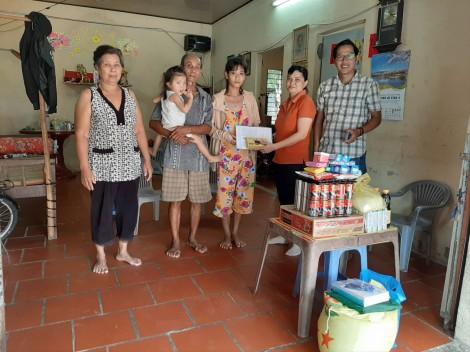 Nhóm từ thiện của chị Tuyết Lan thăm, tặng quà em Thanh Tuyền