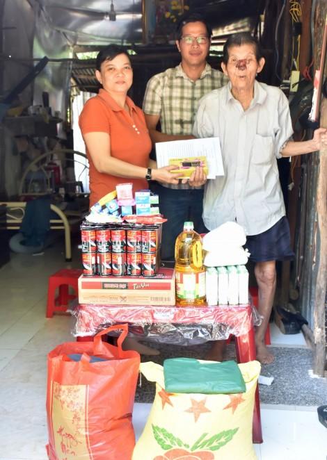 Nhóm từ thiện của chị Tuyết Lan thăm, tặng quà giúp ông Hồ Văn Phước