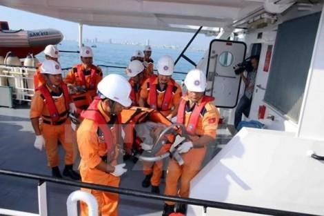 Kịp thời đưa ngư dân bị bệnh từ đảo Trường Sa Lớn về đất liền cứu chữa