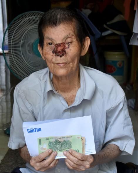 Trao tiền giúp ông Hồ Văn Phước chữa bệnh