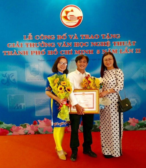 """Nhà thơ Phan Hoàng nhận giải thưởng với""""Bước gió truyền kỳ"""""""