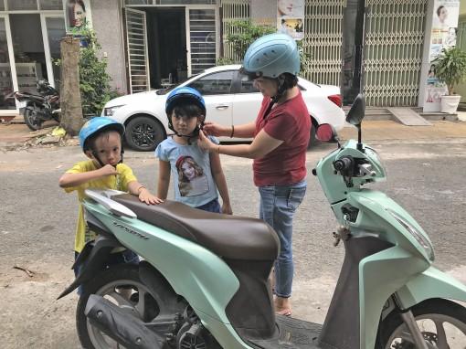 Hãy nghiêm túc đội mũ bảo hiểm cho trẻ em