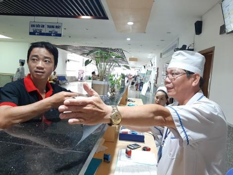 Tận tụy chăm sóc bệnh nhân