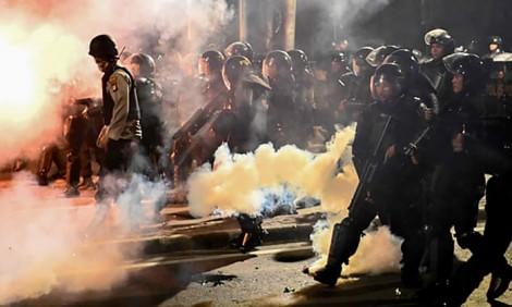 Biểu tình bạo loạn ở Indonesia