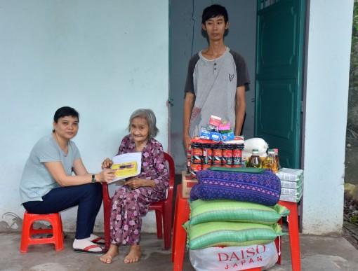 Trao tiền giúp cụ Lê Thị Lanh vượt qua khó khăn