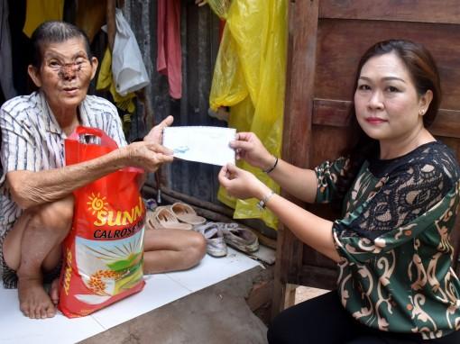 Nhà hảo tâm trao tiền giúp ông Hồ Văn Phước