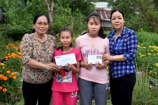 Trao tiền giúp hai trẻ mồ côi tiếp tục đến trường