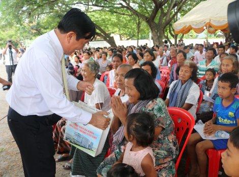 Bệnh viện Đa khoa Hòa Hảo- Medic Cần Thơ khám bệnh, cấp thuốc, tặng quà cho người dân Campuchia