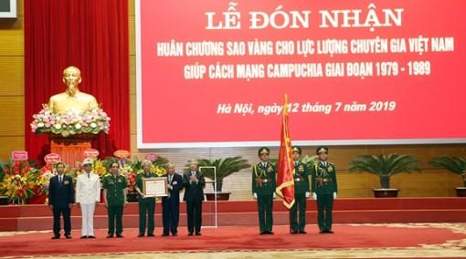 Trao Huân chương Sao Vàng tặng Lực lượng chuyên gia Việt Nam giúp cách mạng Campuchia giai đoạn 1979-1989